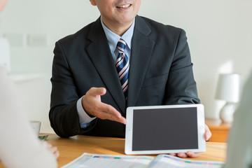 タブレットPCで説明するビジネスマン