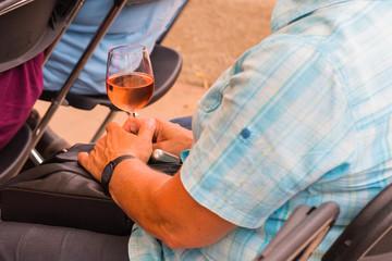 obligatorisches Weinglas beim Besuch einer Veranstaltung