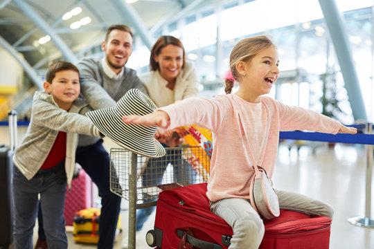 Familie und Kinder beim Start in den Urlaub