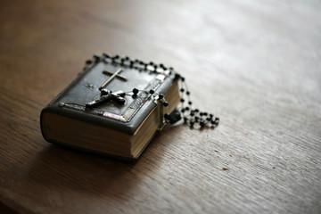 Gebetbuch mit Rosenkranz