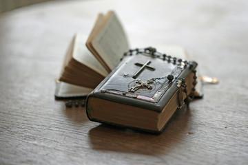 Zwei Bibeln mit Rosenkranz