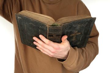Mann liest in der Bibel