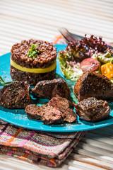 Känguru-Steak mit rotem Reis und Mango