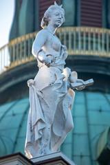 Statue einer königlichen vornehmen Dame auf der Kuppel vom Schloss Charlottenburg  in Berlin mit der Kuppel im Hintergrund