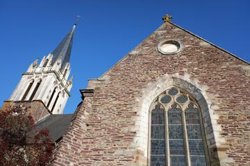 glas in lood en kerktoren