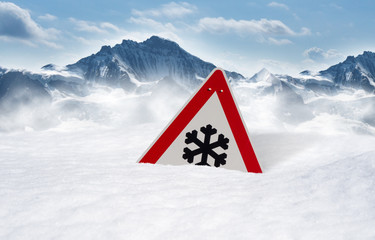 Verkehrsschild versinkt im Schnee