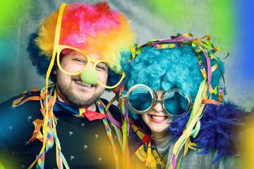 Spaß beim Fasching - Karneval Paar hat freude mit Perücke