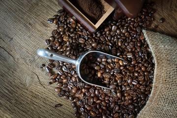 Kaffeewerbung, nostalgisch arrangierte mit ganzen Kaffebohnen auf Holzplatte - Vogelperspektive