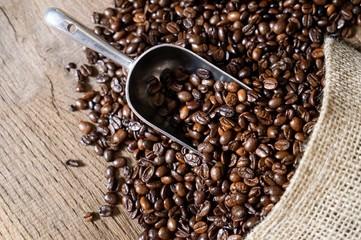 Hintergrund für Kaffeewerbung - Jutesack mit ausgelaufenen Kaffeebohnen, Draufsicht