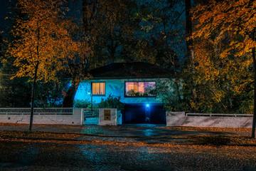 Nachtaufnahme Bungalow in ruhiger Strasse in Berlin Frohnau