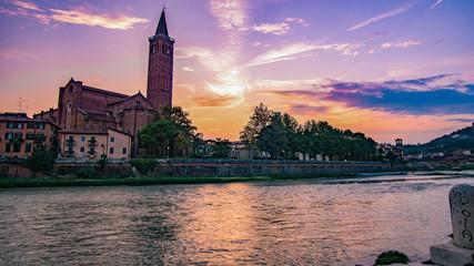 Sonnenuntergang am Fluss im Verona