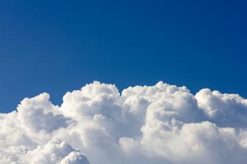 Horizonte de Nuvens de Algodão e Um Céu Azul de Brigadeiro em Minas Gerais. Cotton Clouds Horizon and Brigadier Blue Sky in Minas Gerais, Brazil.