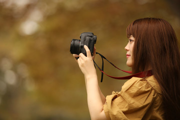 撮影する女性