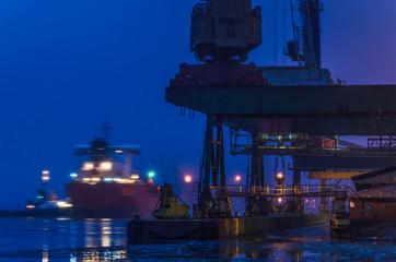 Fond de hotte en verre imprimé Port SEAPORT AT DAWN - The cargo ship maneuvers to transhipment wharf in SwinoujscieSHIP