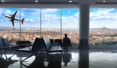 sala d'attesa aeroporto con vista sulla città