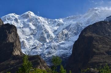 パキスタンのフンザ カリマバード中心部から見た絶景 美しいウルタル峰と青空