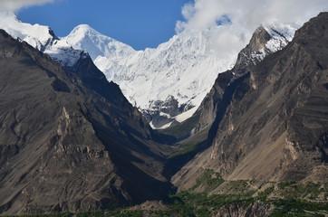 パキスタンのフンザ カリマバード中心部から見た絶景 美しいディラン峰と氷河と青空