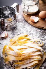 Obraz Makaron spaghetti. Domowy makaron na kuchennym blacie. - fototapety do salonu