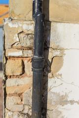 Pfusch am Bau undichtes Regenfallrohr und Wasserschaden an Mauerwerk - Leaking rainwater downpipe and water damage to brickwork
