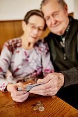 Senior, Seniorin, Seniorenpaar zählt liebevoll ihr gemeinsames Geld