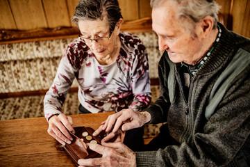 Senior, Seniorin, Seniorenpaar zählt gemeinsam Geld