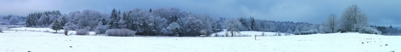 Prise de vue panoramique. Campagne enneigée en Auvergne près de Clermont-Ferrand