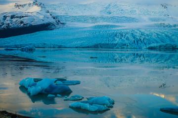 Printed kitchen splashbacks Glaciers アイスランド・フィヤトルスアゥルロゥン氷河湖