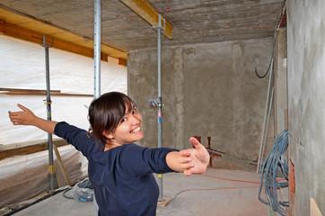 Frau am Bau
