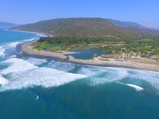 Luftaufnahme von einer Lagune und einem Strand in Mexiko