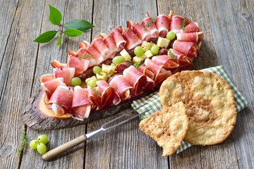Südtiroler Marende: Speck, Kaminwurzen und reifer Bergkäse, dazu Schüttelbrot – Typical South Tyrolean snack with country bacon, salami and aged mountain cheese, served with local crunchy flat bread