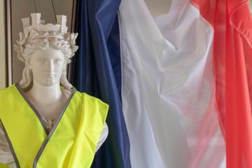 Le drapeau tricolore français et Marianne, les symboles de la République et les gilets jaunes