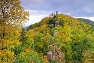 Scharfenberg Burg im Herbst im Pfälzer Wald - castle Scharfenberg in Palatinate Forest in autumn