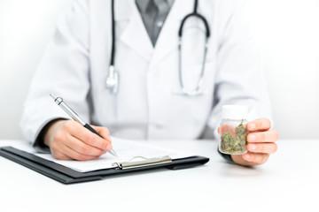 Arzt verschreibt medizinisches CBD Cannabis und Hanf als Medikament