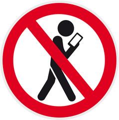 verbotsschild mit Piktogramm Ablenkung durch Smartphone