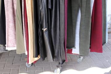 манекен стоит в магазине на витрине