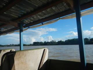 Viajando en el Bote sobre el rio
