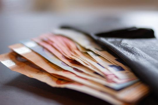 Volle Geldbörse mit Geldscheinen