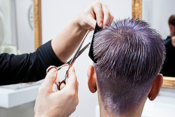 Strzyżenie i farbowanie męskie w salonie fryzjerskim.