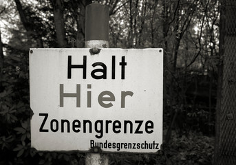 """Warnschild an der ehemaligen innerdeutschen Grenze mit der Aufschrift """"Halt hier Zonengrenze"""""""