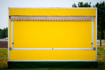 gelber Verkaufsstand für Obst und Gemüse am Straßenrand