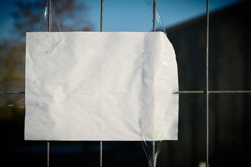 leeres Blatt Papier an einem Zaun