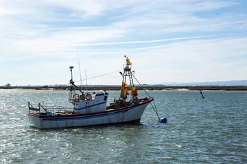 Barco de pesca faenando.