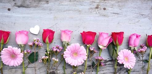 Rosen und Gerbera auf Holz Hintergrund - Muttertag Valentinstag Geburtstag