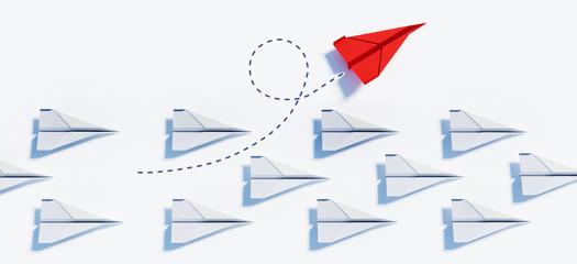 Roter Papierflieger beim Kurswechsel