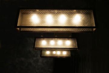ボックス型のシェードのランプ