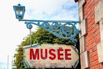 Musée et son enseigne à Mortagne sur gironde