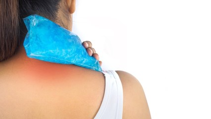 The pain in the neck and shoulder muscles is alleviated by cold compresses with cool gel.