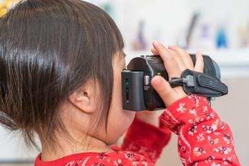 動画を撮影する子供