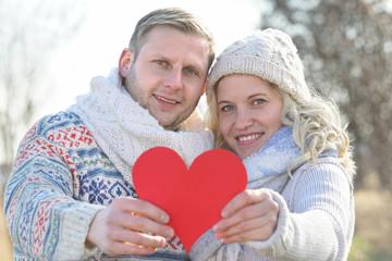 lachendes Paar mit roten Herz