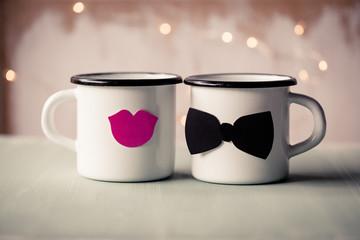 Liebe - Weiße Tassen als Paar mit Kussmund und Fliege